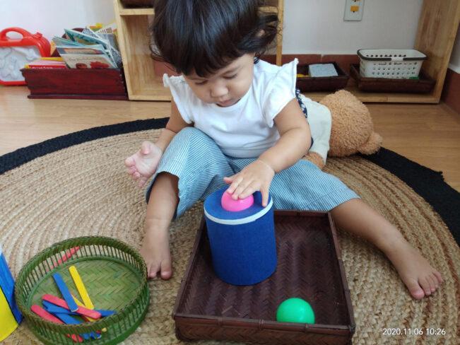 Các em bé bên Montessori